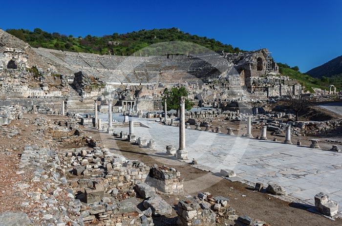 Amfiteatr i droga do starego portu. Wycieczka fakultatywna z Bodrum do Efez
